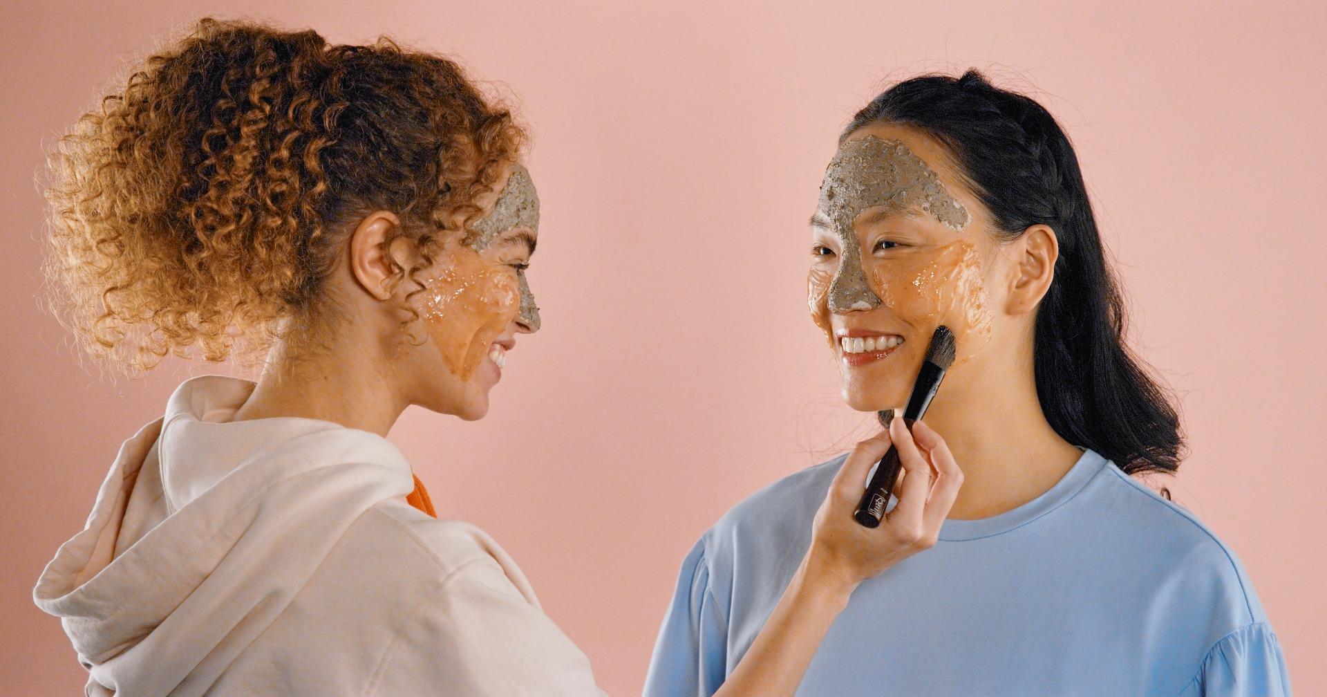 menggunakan masker wajah alami