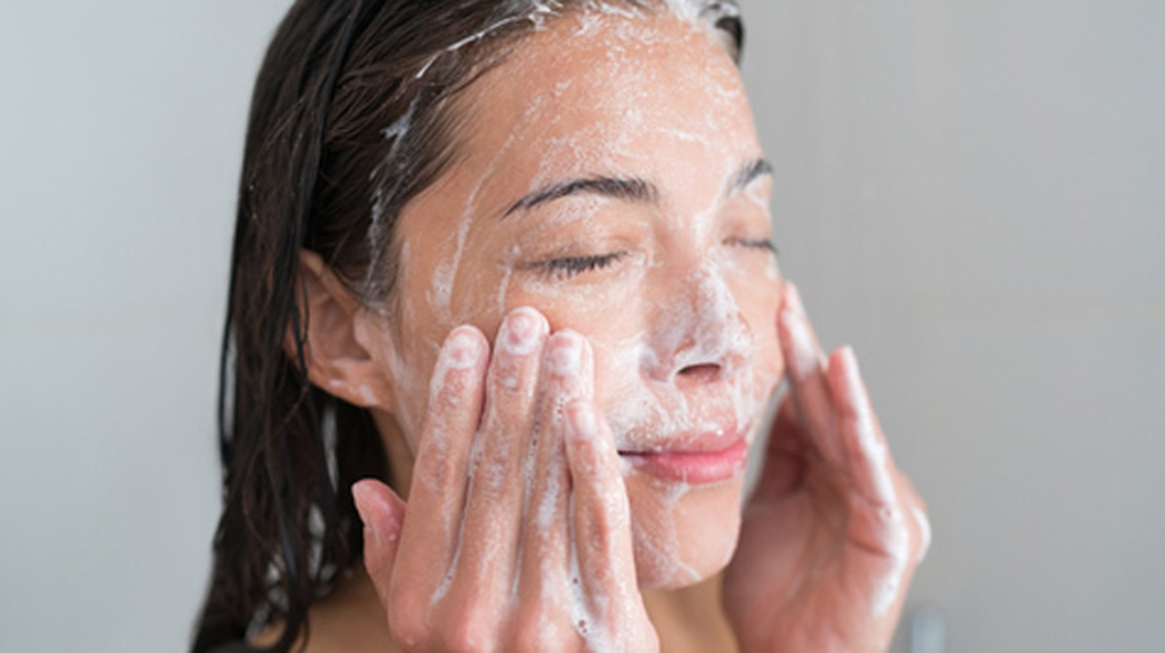 Produk pembersih wajah untuk kulit kering